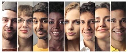 Pessoas diferentes, sorrindo