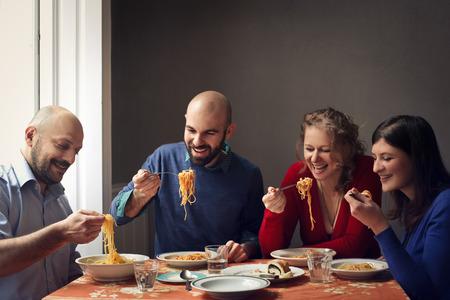 Les gens de manger des pâtes ensemble Banque d'images - 59829815