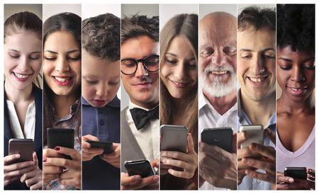 Mensen die gebruikmaken van smart phones Stockfoto - 59829826