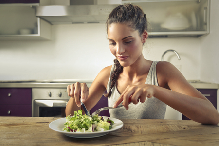 verduras verdes: Niña de comer una ensalada saludable