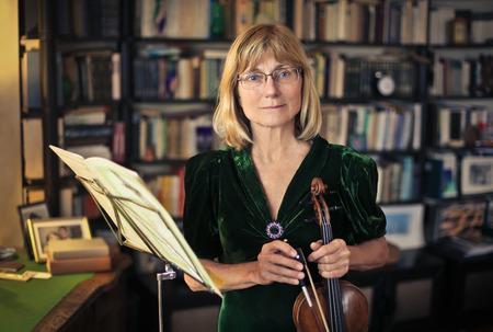 persona de la tercera edad: Violinista tratar su instrumento