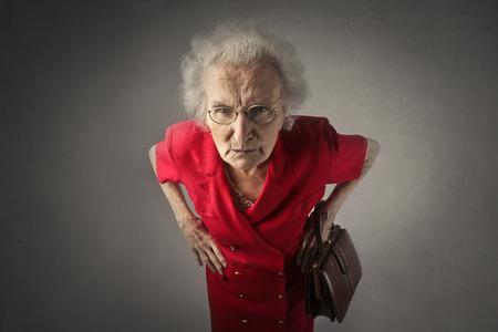 怒っている高齢女性
