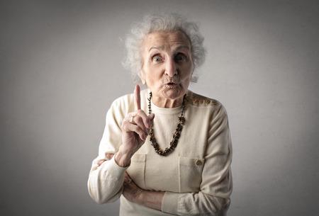 Starke Großmutter auf jemand zeigt