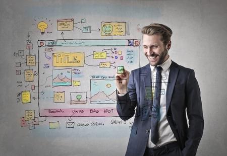 Knappe zakenman het projecteren van een website Stockfoto