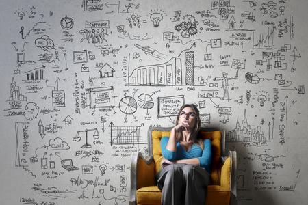 Mujer que piensa en una idea de negocio Foto de archivo - 59829436