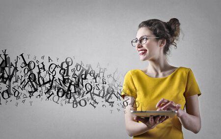 secretaria: Palabras que fluyen de una tableta Foto de archivo