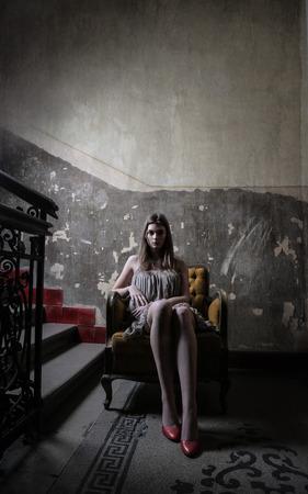 Femme assise dans un vieux bâtiment Banque d'images - 59829179