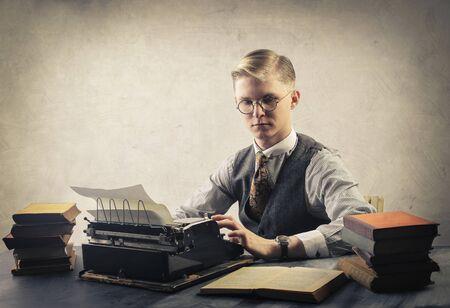 hombre escribiendo: Hombre usando una máquina de escribir