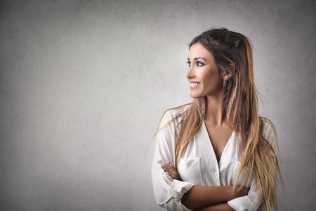visage profil: Jolie femme en détournant les yeux