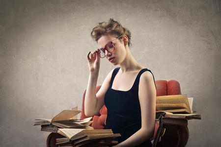 Beleza: Sentado mulher lendo um livro