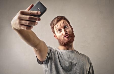 Extraño hombre haciendo una autofoto Foto de archivo - 61146693