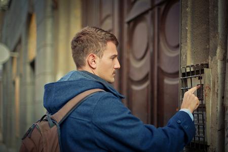 ringe: An der Tür klingeln Lizenzfreie Bilder