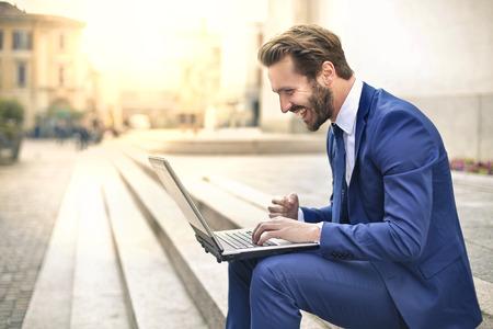 자신의 PC를 사용하여 행복한 사업가 스톡 콘텐츠