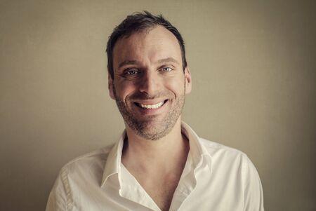 friendliness: Retrato sonriente del hombre