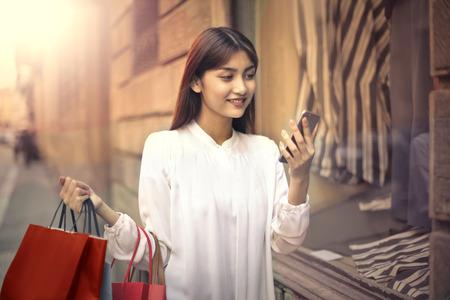 Mujer celebración bolsas de la compra  Foto de archivo - 59828987