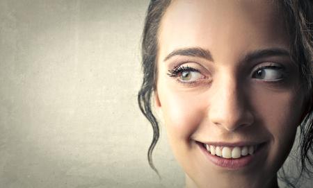 Donna con lo sguardo cuus sul suo viso
