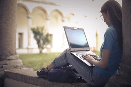 Estudiante utilizando su ordenador portátil Foto de archivo - 61146676