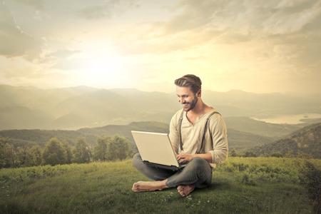 krajina: Země člověk pomocí laptopu