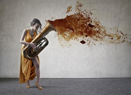 trombon: Mujer que toca el tromb�n Foto de archivo