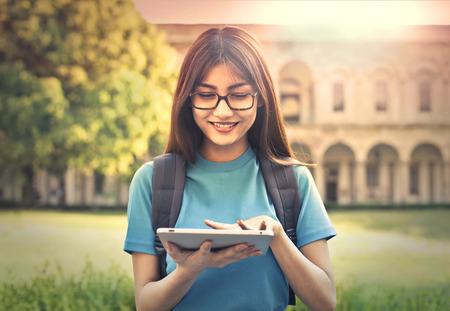 De jonge student met behulp van een tablet