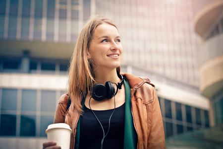 De blondevrouw die neemt weghaalt koffie houden Stockfoto - 63847831