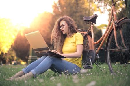 Een laptop gebruiken in het park