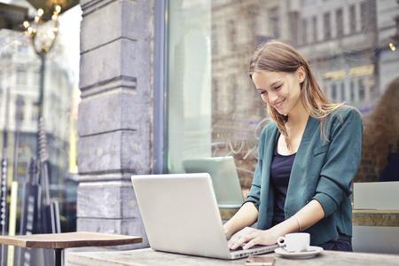 Mujer que trabaja en su computadora portátil Foto de archivo