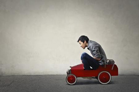 Zitten in een speelgoedauto