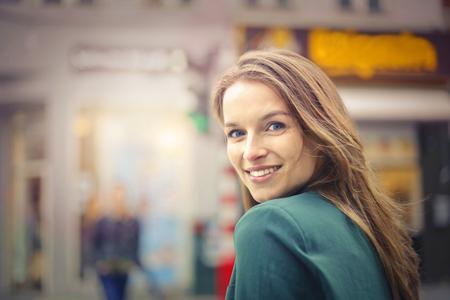 Femme blonde souriante Banque d'images - 65828760
