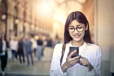 Jonge vrouw met behulp van een smartphone