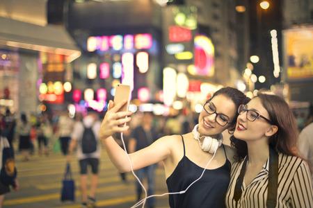 caminar: Amigos que toman una imagen de sí mismos