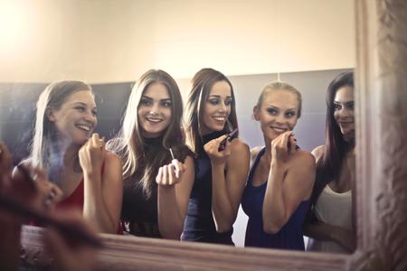 Girls losgehen  Standard-Bild - 65828659