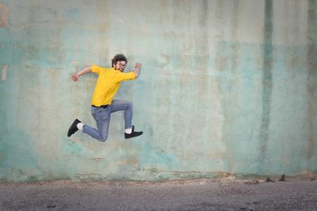 Homme sautant Banque d'images - 63894012