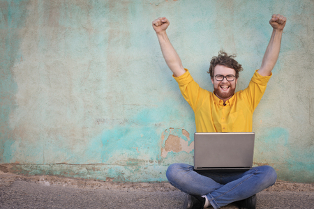 Jubilant nerd man Banque d'images