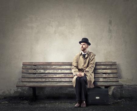 maleta: Inglés de negocios sentado en un banco