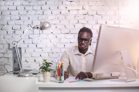 negras africanas: Se concentró en el trabajo Foto de archivo
