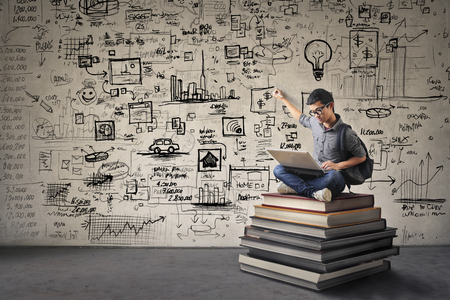 estadisticas: Hombre joven con un montón de ideas