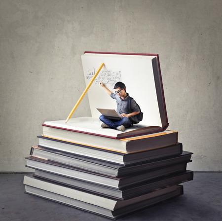 School jongen schriftelijk Stockfoto