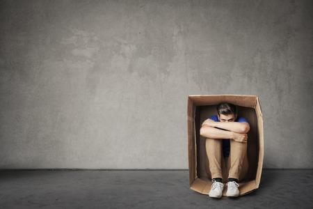 상자 안에 혼자 앉아있다.