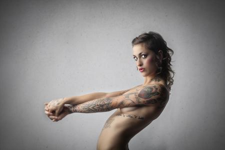 Nackte sexy Frau mit Tattoos Lizenzfreie Bilder