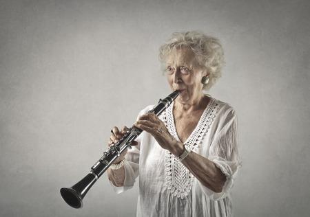 Oma speelt op een klarinet