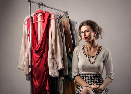 Hübsche Frau mit ihrer Kleidung Standard-Bild - 76911489