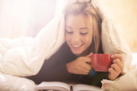 飲むとベッドで本を読んで 写真素材
