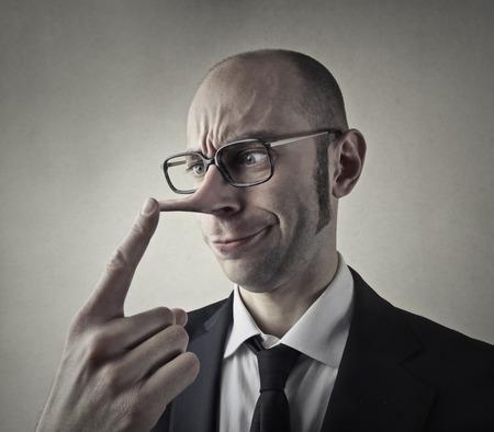 Hombre de negocios con una gran nariz