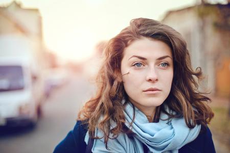 Schöne Mädchen mit blauen Augen Standard-Bild