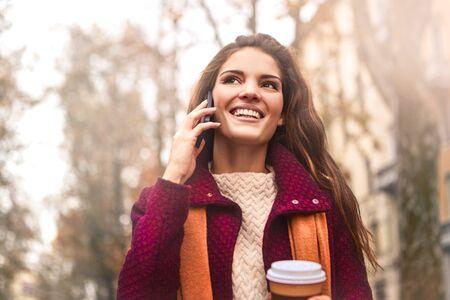 mujer alegre: mujer feliz tiene una llamada telefónica