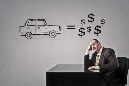 El hombre de negocios está pensando en un coche y dinero Foto de archivo - 73598372