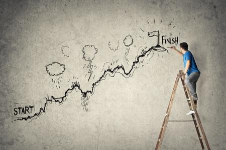 Un hombre creativo está dibujando en la pared Foto de archivo - 73518946