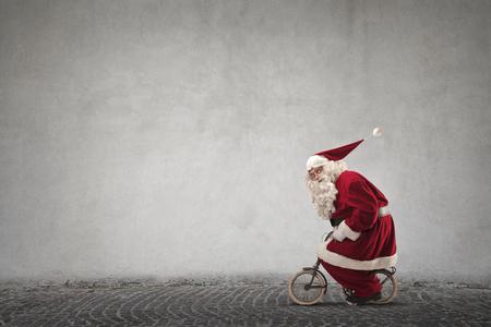 De Kerstman rijdt op een fiets