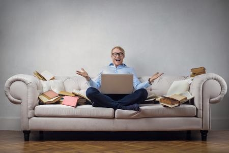 Der Mensch arbeitet auf dem Sofa Lizenzfreie Bilder
